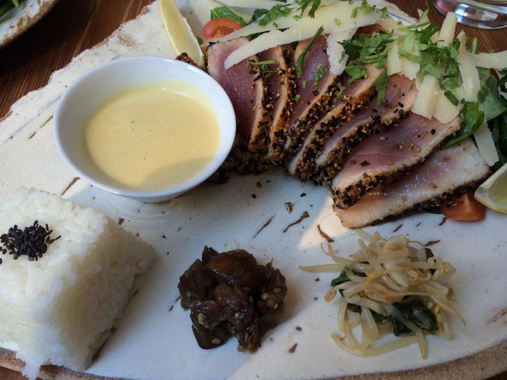 Tuniakove carpaccio s baby spenatom s parmezanom a wasabi omackou